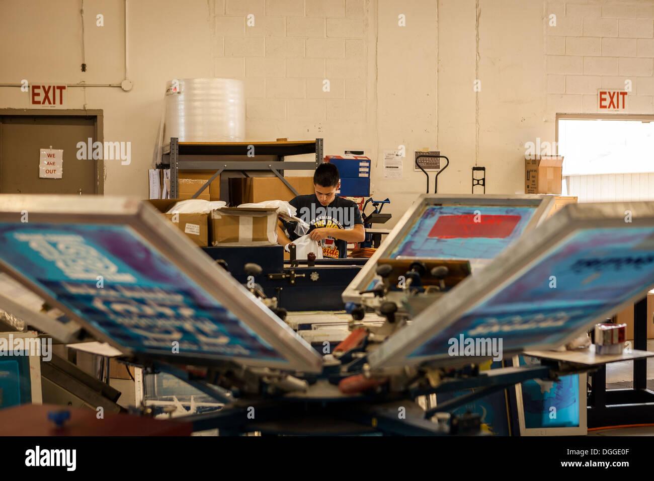 Le séchage des trames en sérigraphie Atelier Photo Stock