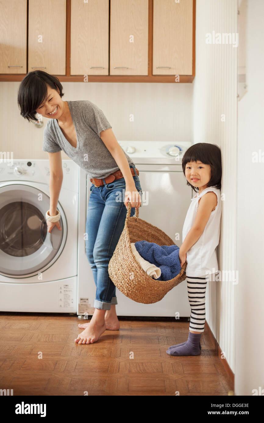 Mère et fille avec panier de blanchisserie Photo Stock