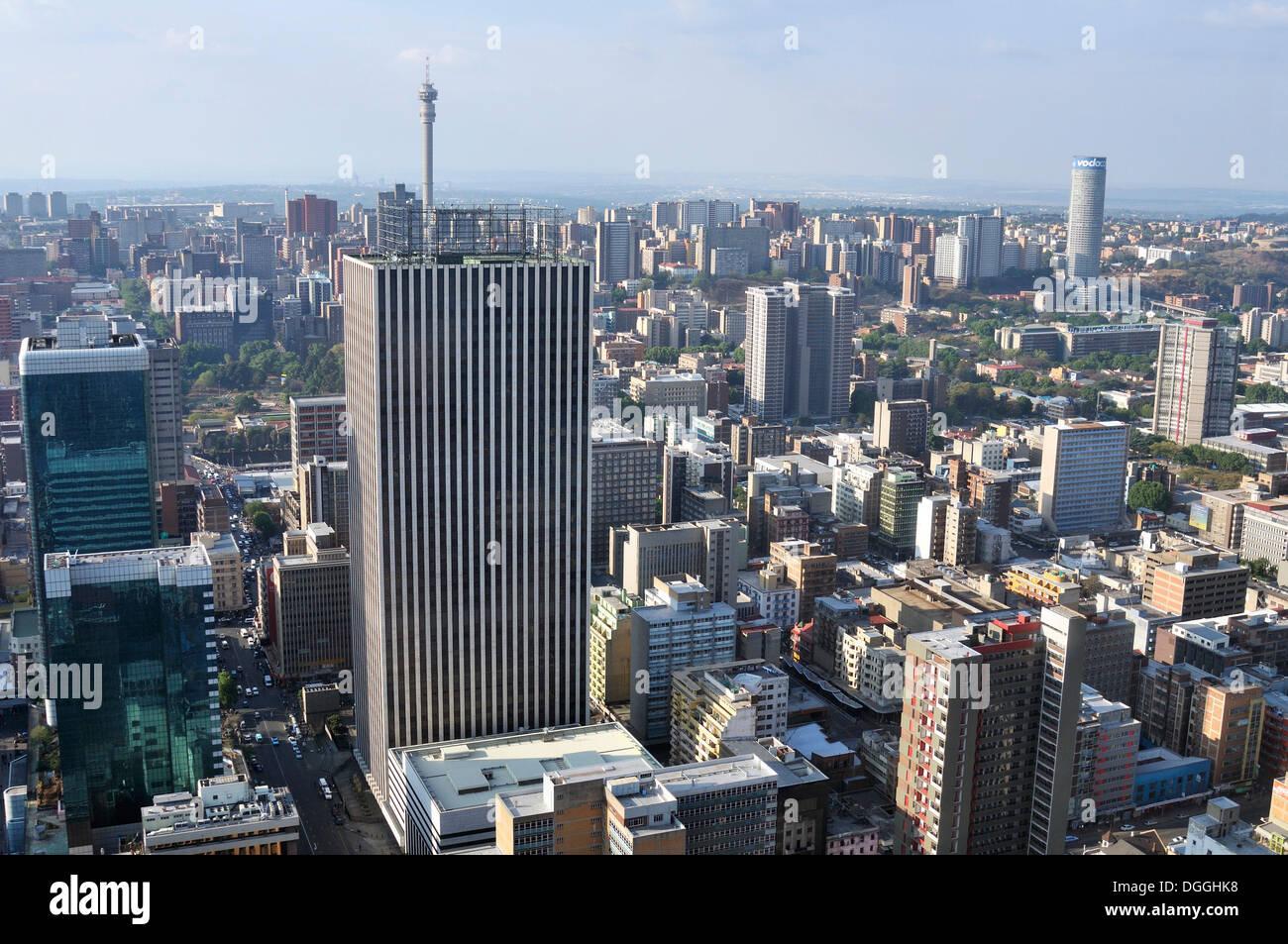Vue sur Johannesburg depuis la terrasse du Carlton Centre, avec une hauteur de 220m le plus haut gratte-ciel d'Afrique Photo Stock