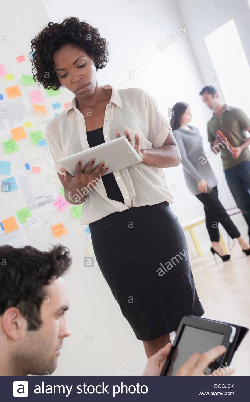 Les employés de bureau à l'aide de tablettes numériques Banque D'Images