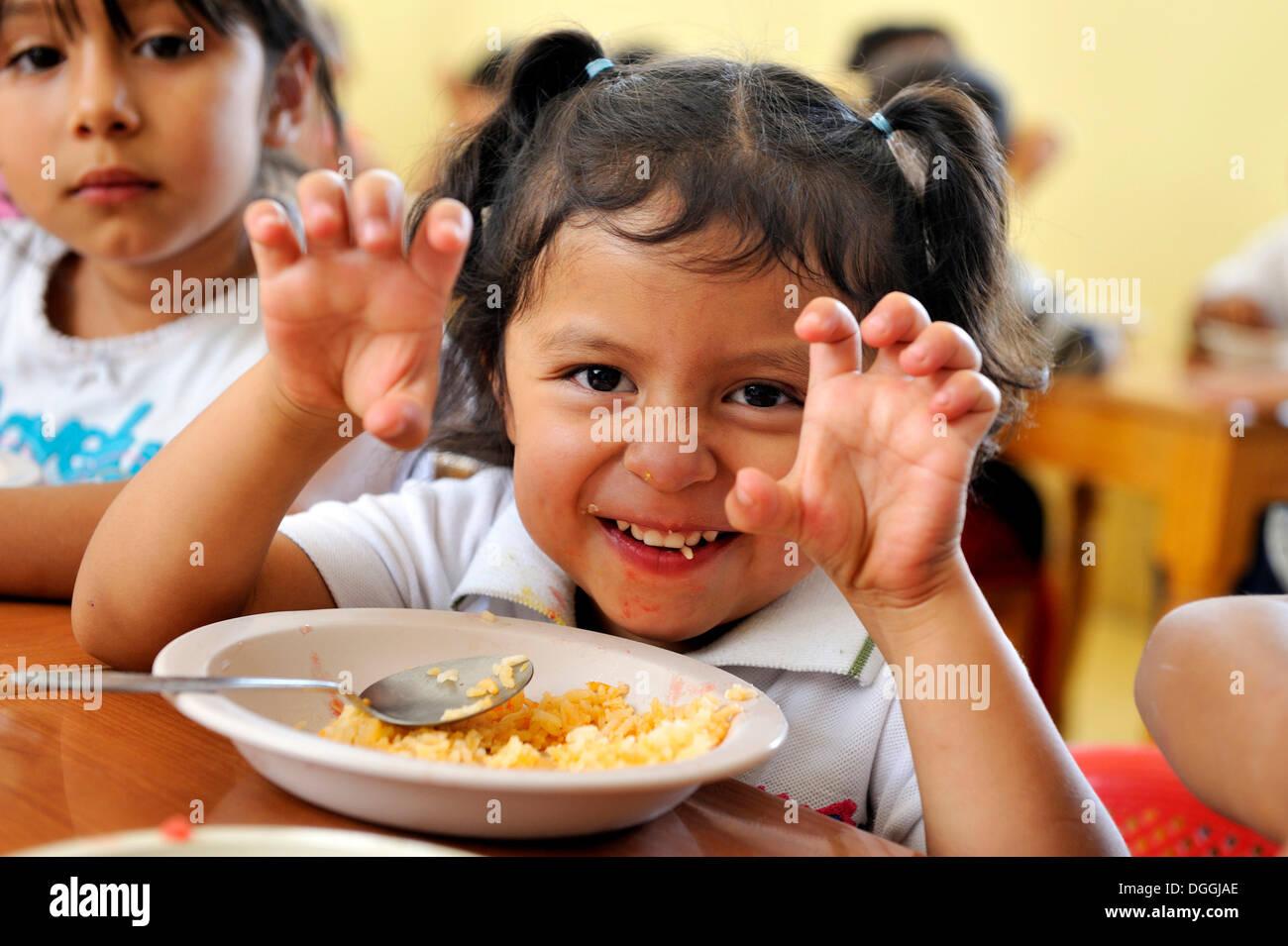 Fille dans le réfectoire dans un orphelinat, Queretaro, Mexique, Amérique du Nord, Amérique Latine Banque D'Images
