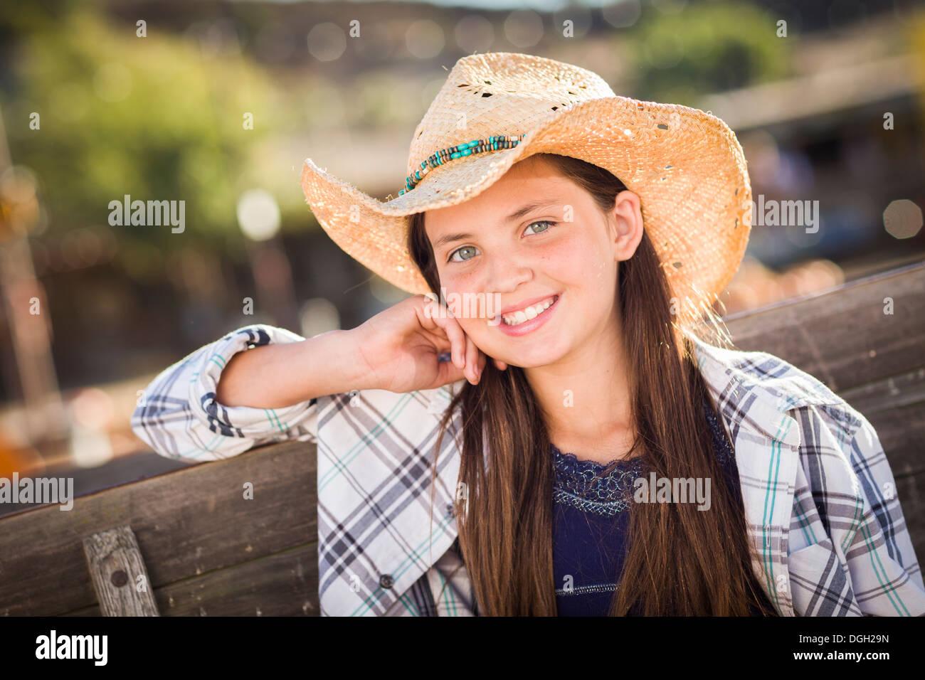 Preteen Girl Wearing Cowboy Hat Portrait à la citrouille dans un cadre rustique. Photo Stock