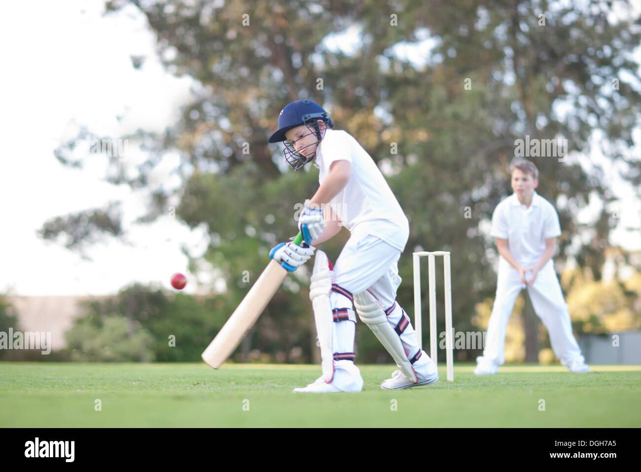 Les garçons à jouer au cricket Photo Stock