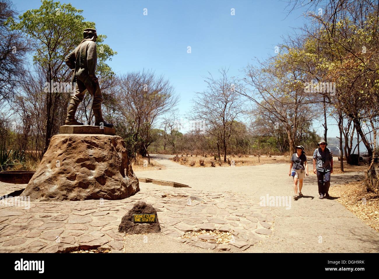 Les touristes à la recherche au memorial statue de David Livingstone, Victoria Falls National Park, Zimbabwe, Africa Photo Stock