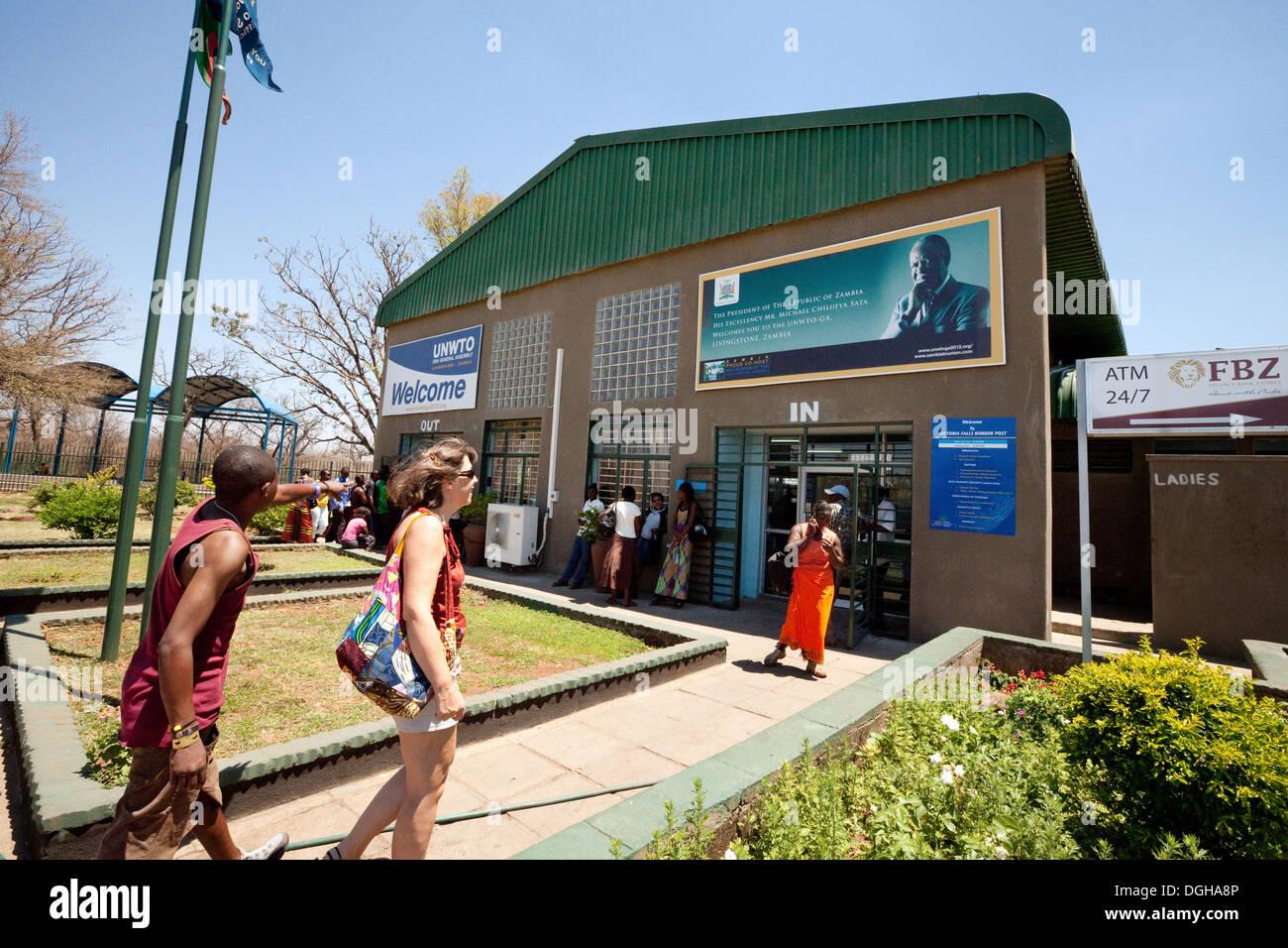 Les touristes et la population locale à la frontière avec la Zambie, Zimbabwe, Afrique du côté Zambien Photo Stock