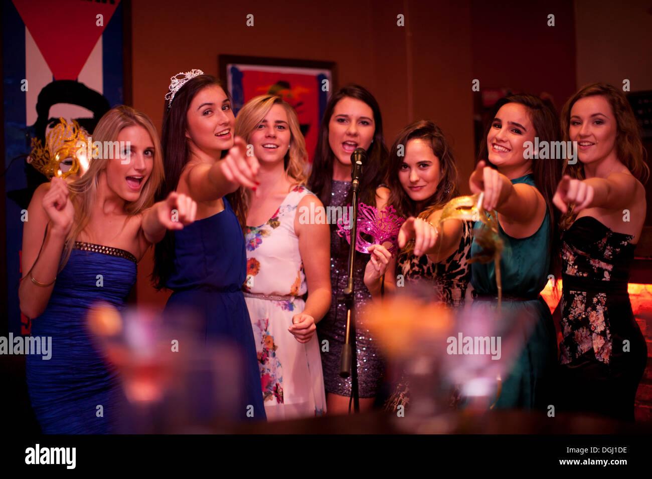 Les jeunes femmes chanter dans un bar karaoké Photo Stock