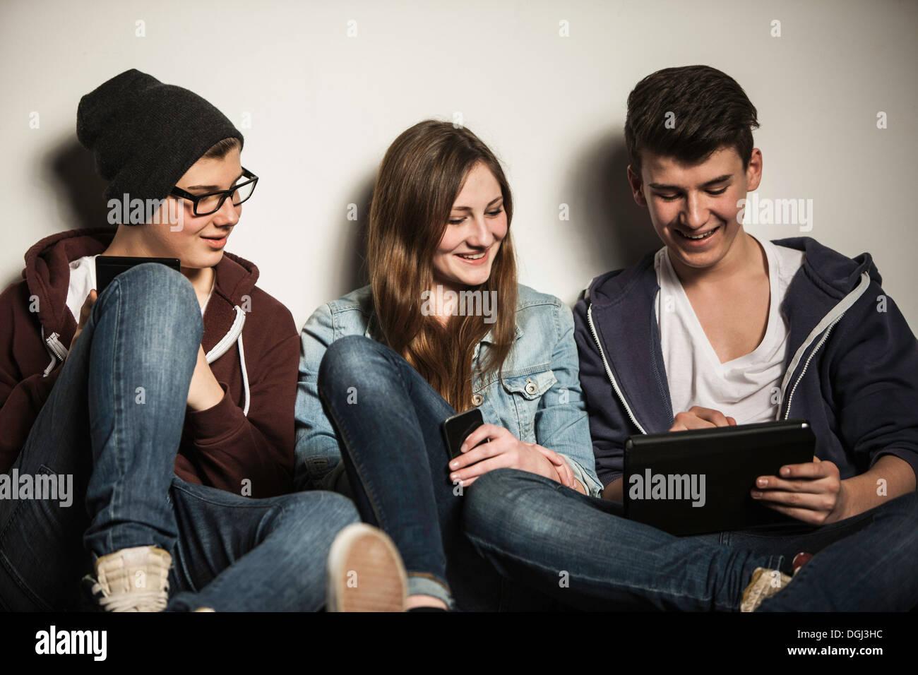 Les adolescents using digital tablet Photo Stock