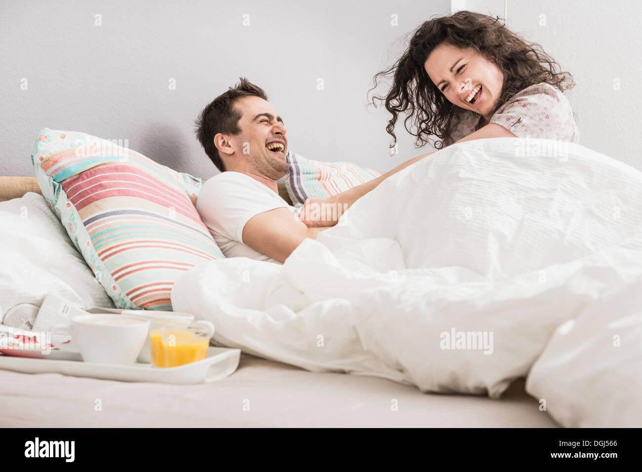 Couple au lit, petit déjeuner sur plateau, pillow fight Photo Stock