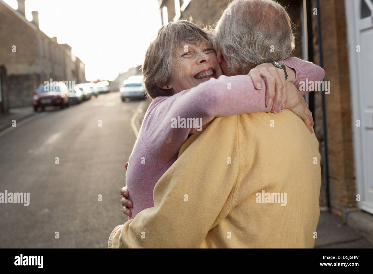 Mari et femme serrant amoureusement sur street Photo Stock