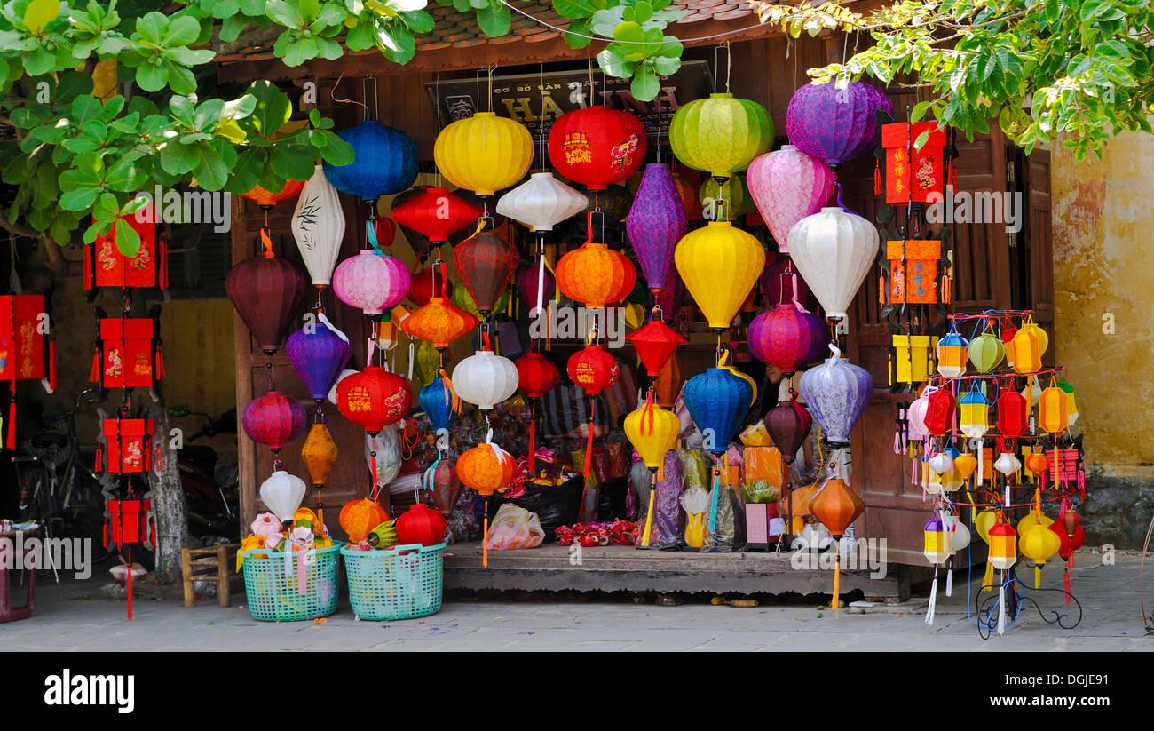 Boutique typique avec des lanternes, Hoi An, Vietnam, Southeast Asia Photo Stock