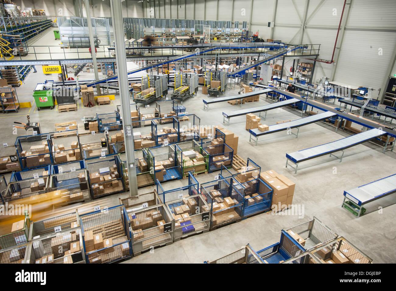 L'assemblage de commandes en entrepôt de distribution Photo Stock