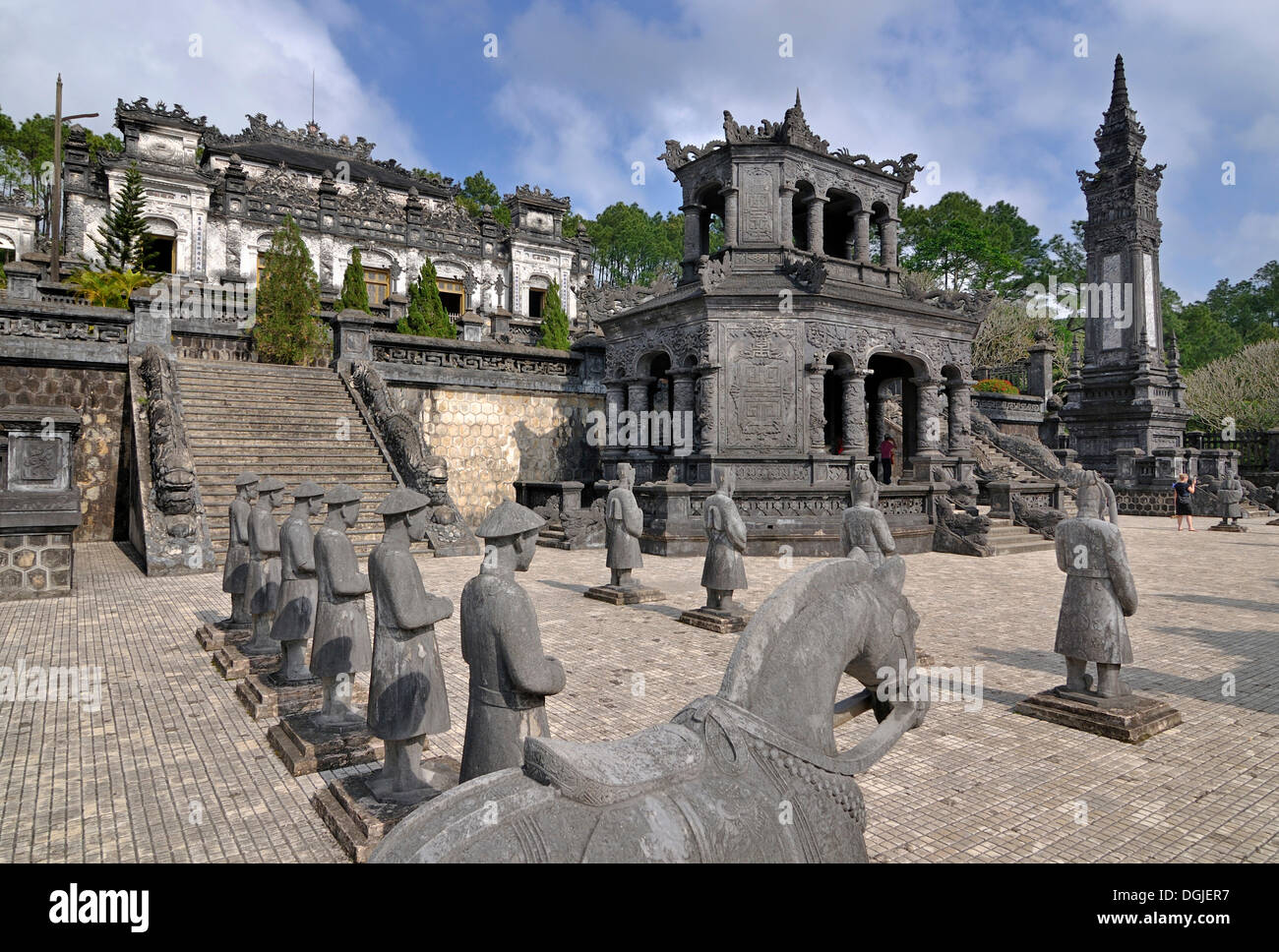 Tombeau de l'Empereur Khai Dinh, le mausolée, gardien des statues en pierre, Hue, UNESCO World Heritage Site, Vietnam, Asie Photo Stock