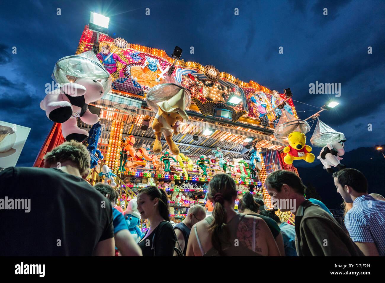 Les gens debout devant un stand de tir, Suedring amusement park, Innsbruck, Tyrol, Autriche, Europe Photo Stock
