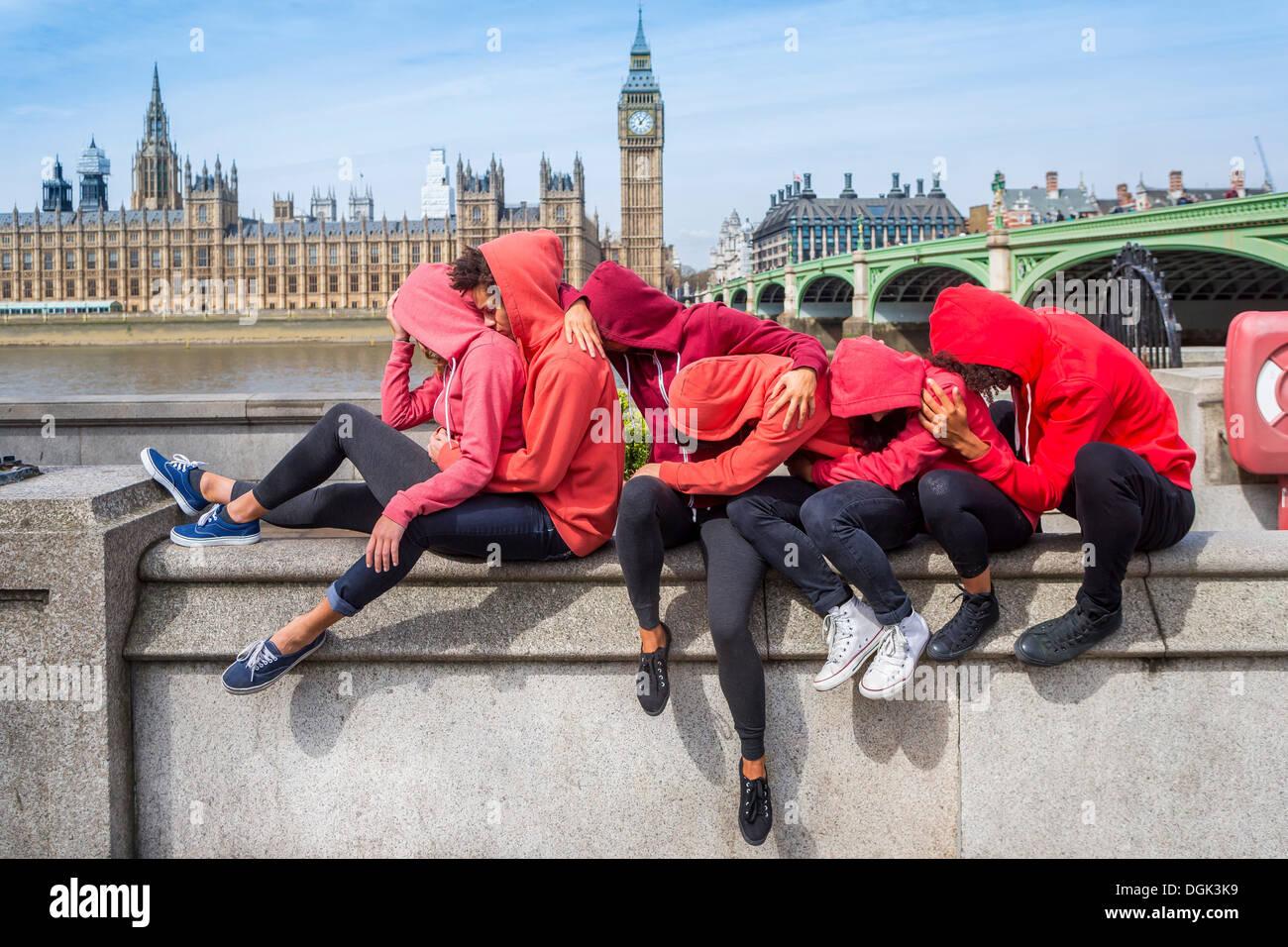 Petit groupe de jeunes effectuant sur mur Photo Stock