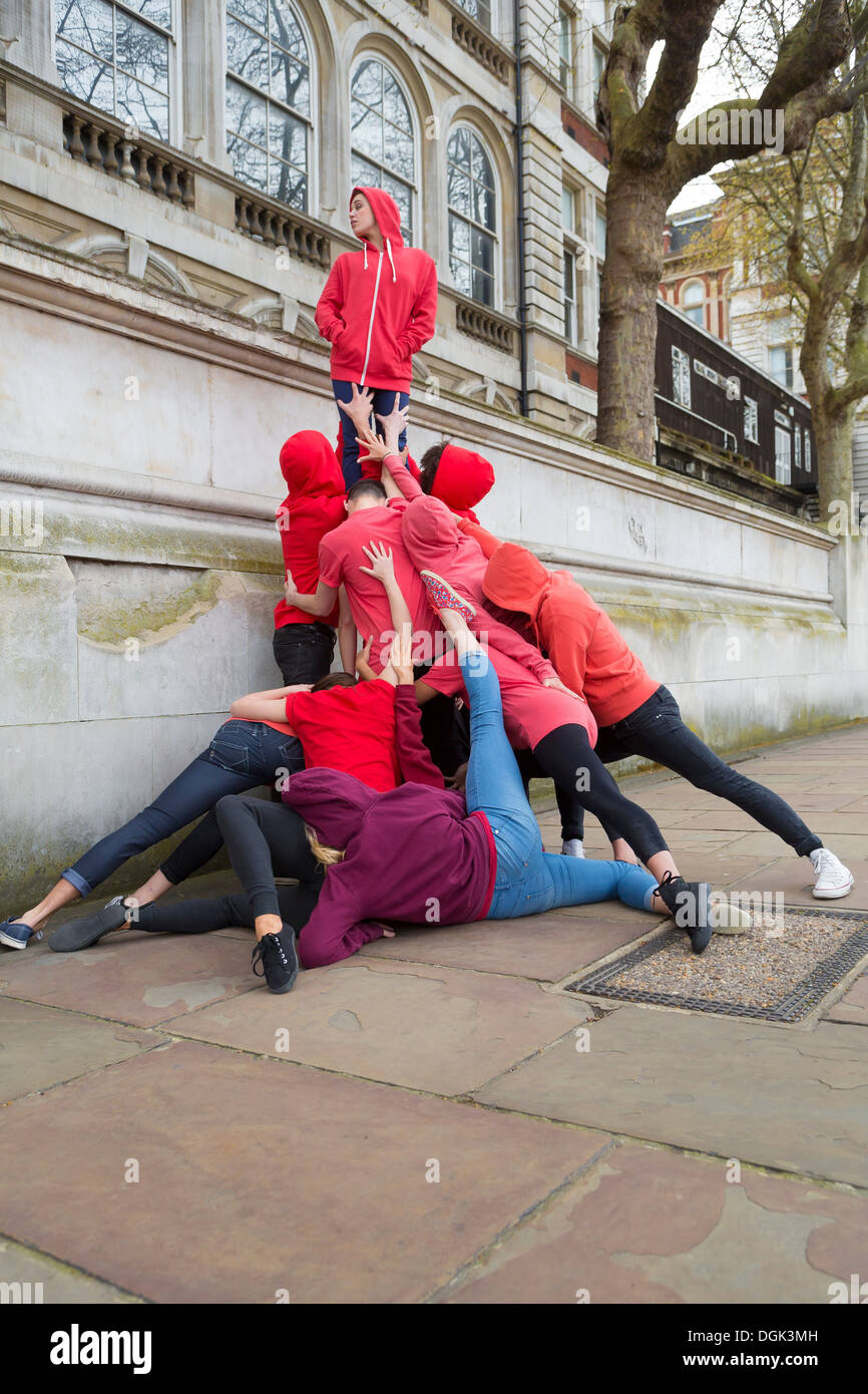 Groupe de jeunes effectuant on city street Photo Stock