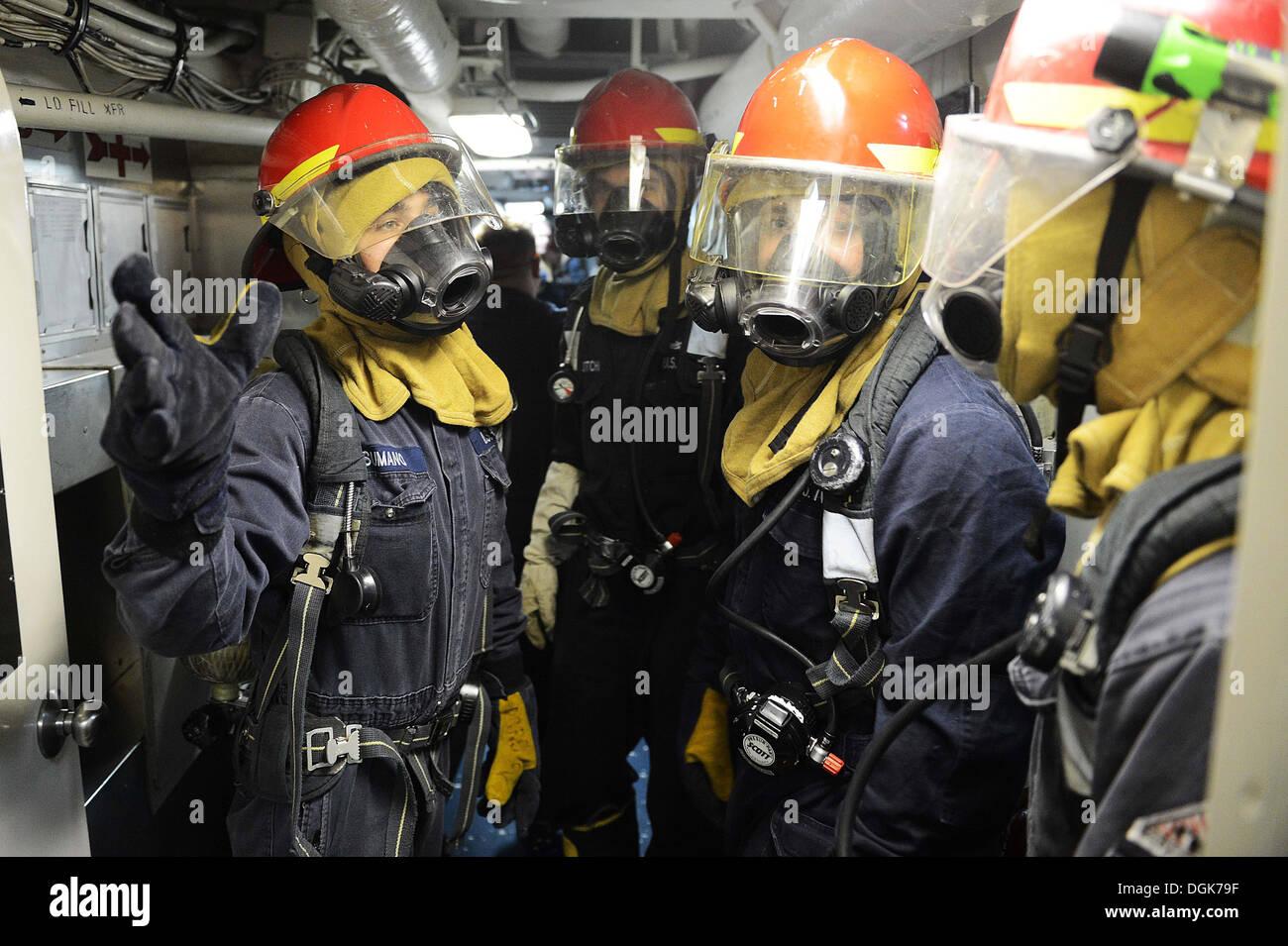 Les marins affectés à la classe Ticonderoga croiseur lance-missiles USS ANTIETAM (CG 54) se préparer à évaluer une victime simulée pendant un exercice de contrôle des dommages. Antietam est en patrouille avec le groupe aéronaval du George Washington dans le domaine de la 7ème Flotte américaine Photo Stock