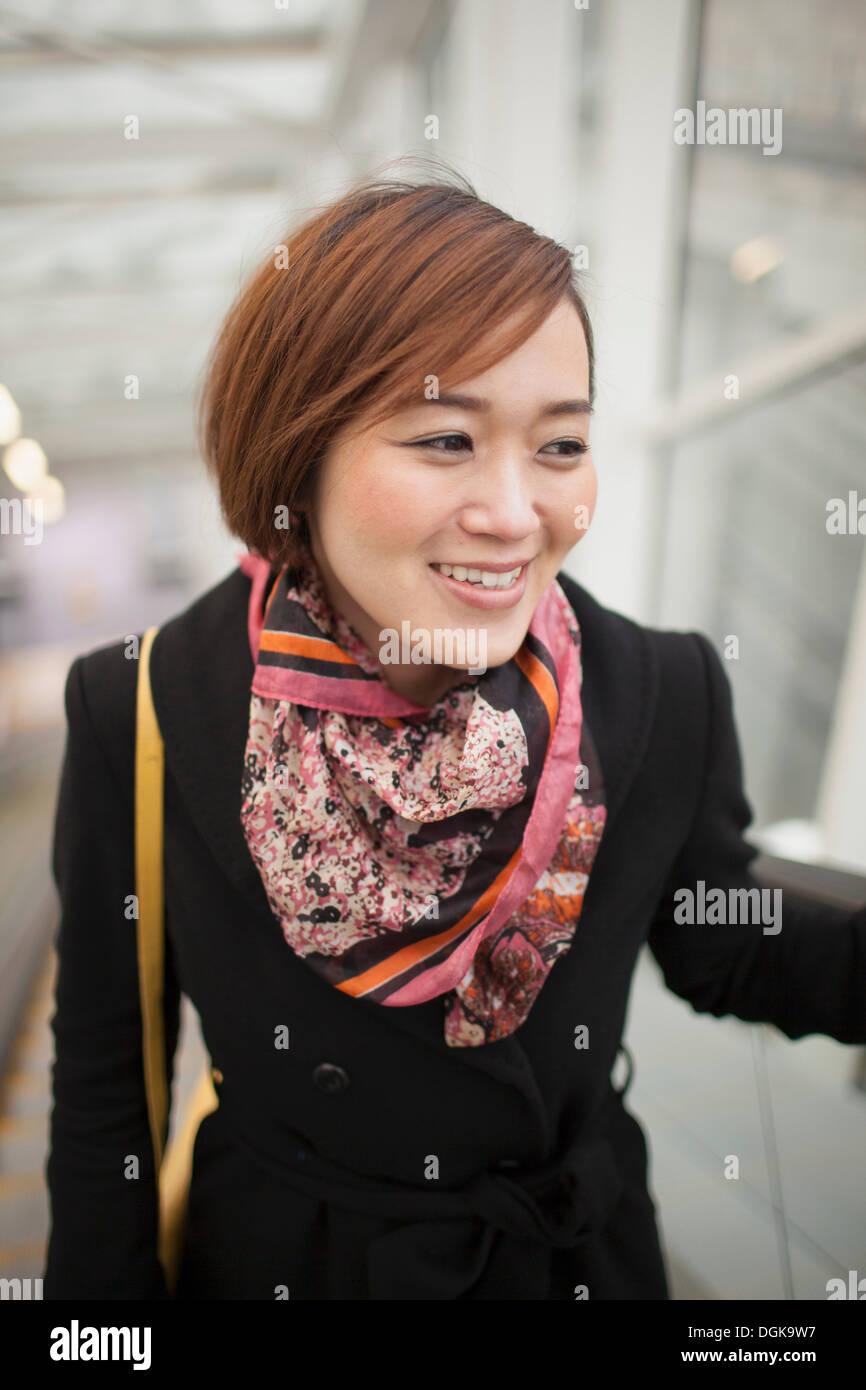 Jeune brunette woman wearing scarf à motifs Banque D'Images