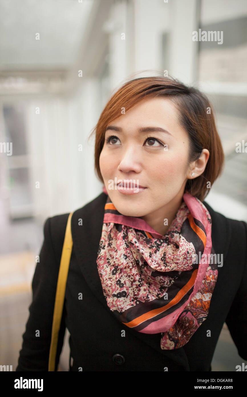 Jeune brunette woman wearing scarf à motifs Photo Stock