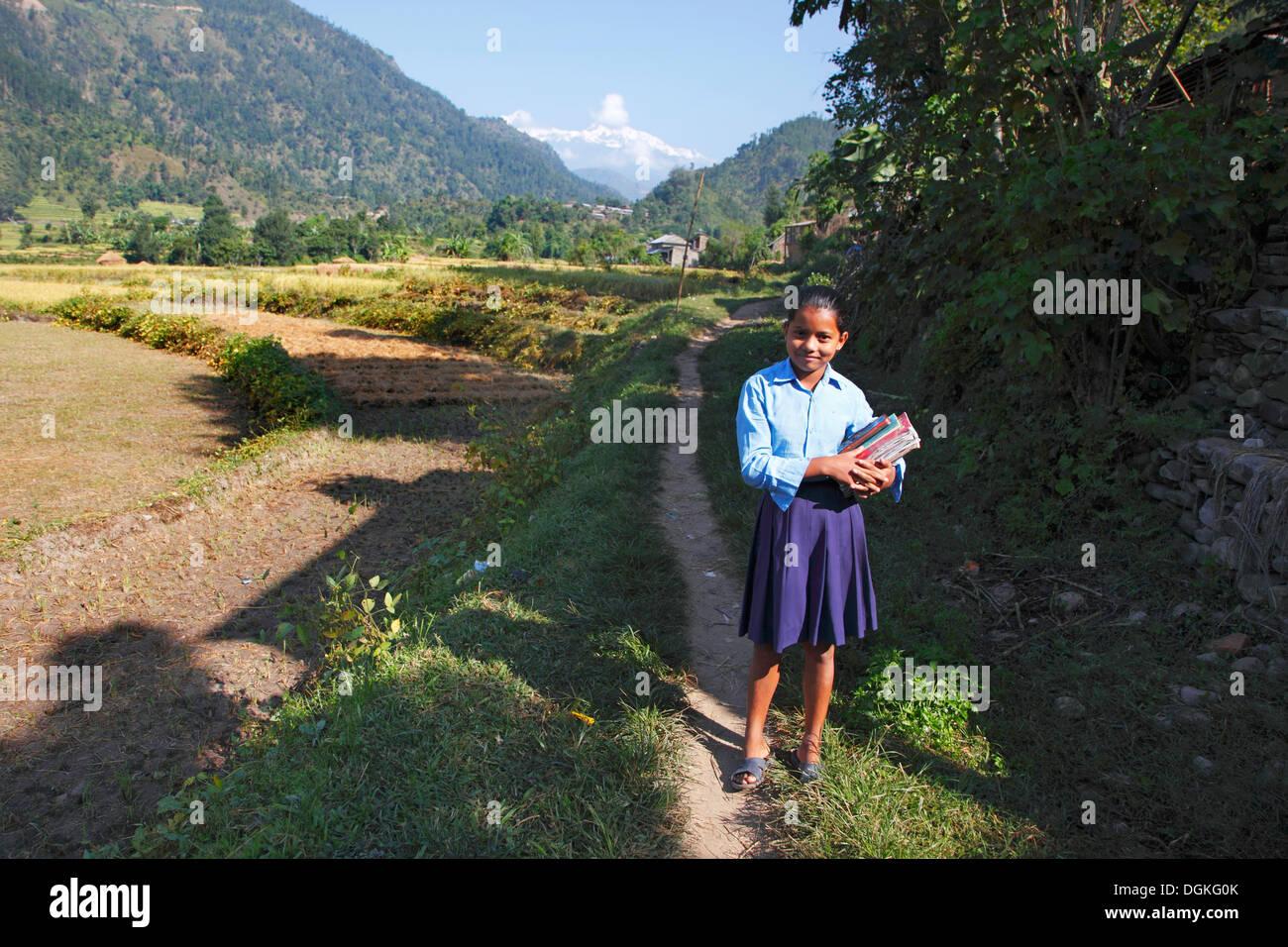 Une écolière sur le chemin de l'école. Photo Stock