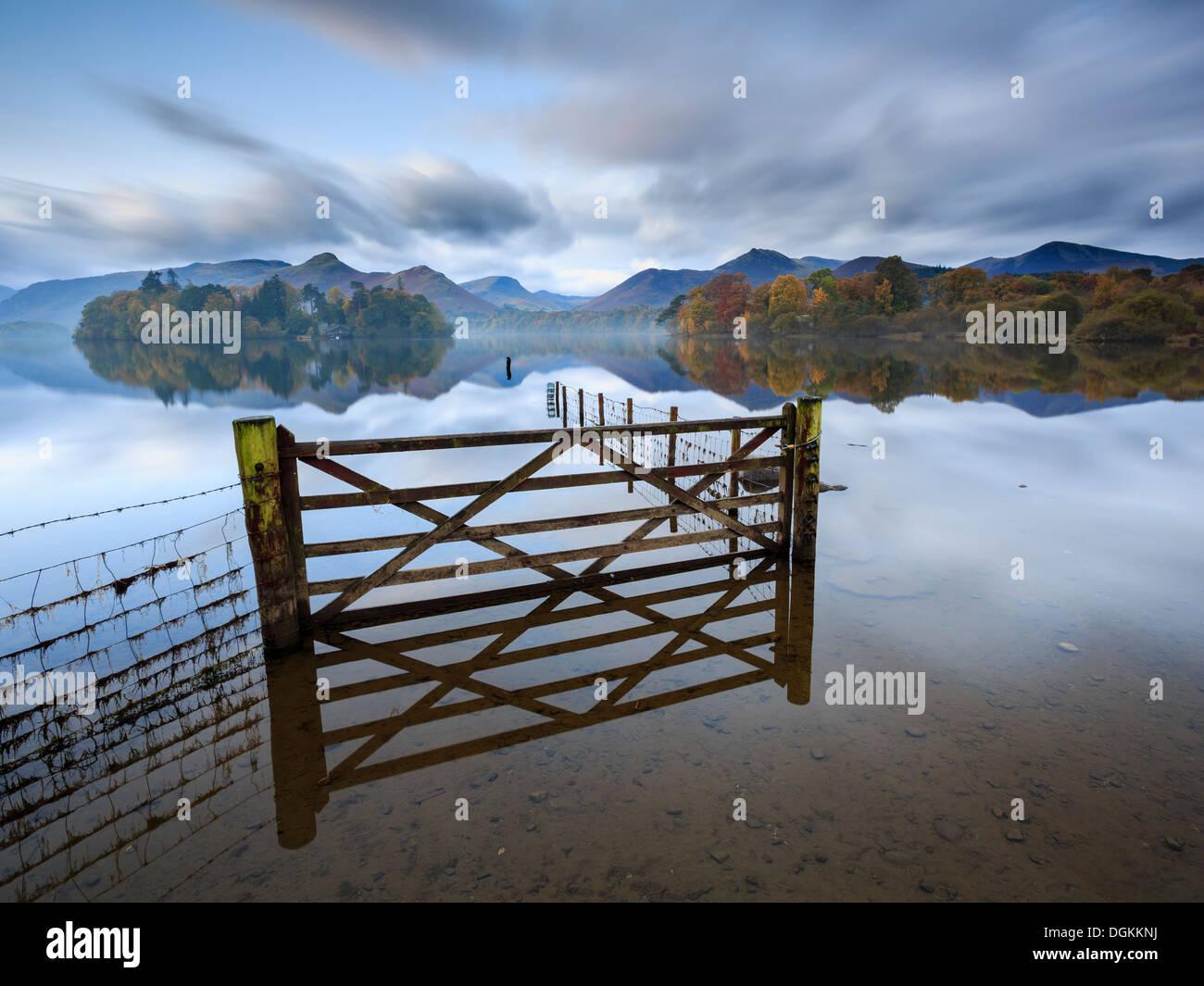 Une porte et clôture dans un champ inondé par Derwent Water près de Keswick. Photo Stock