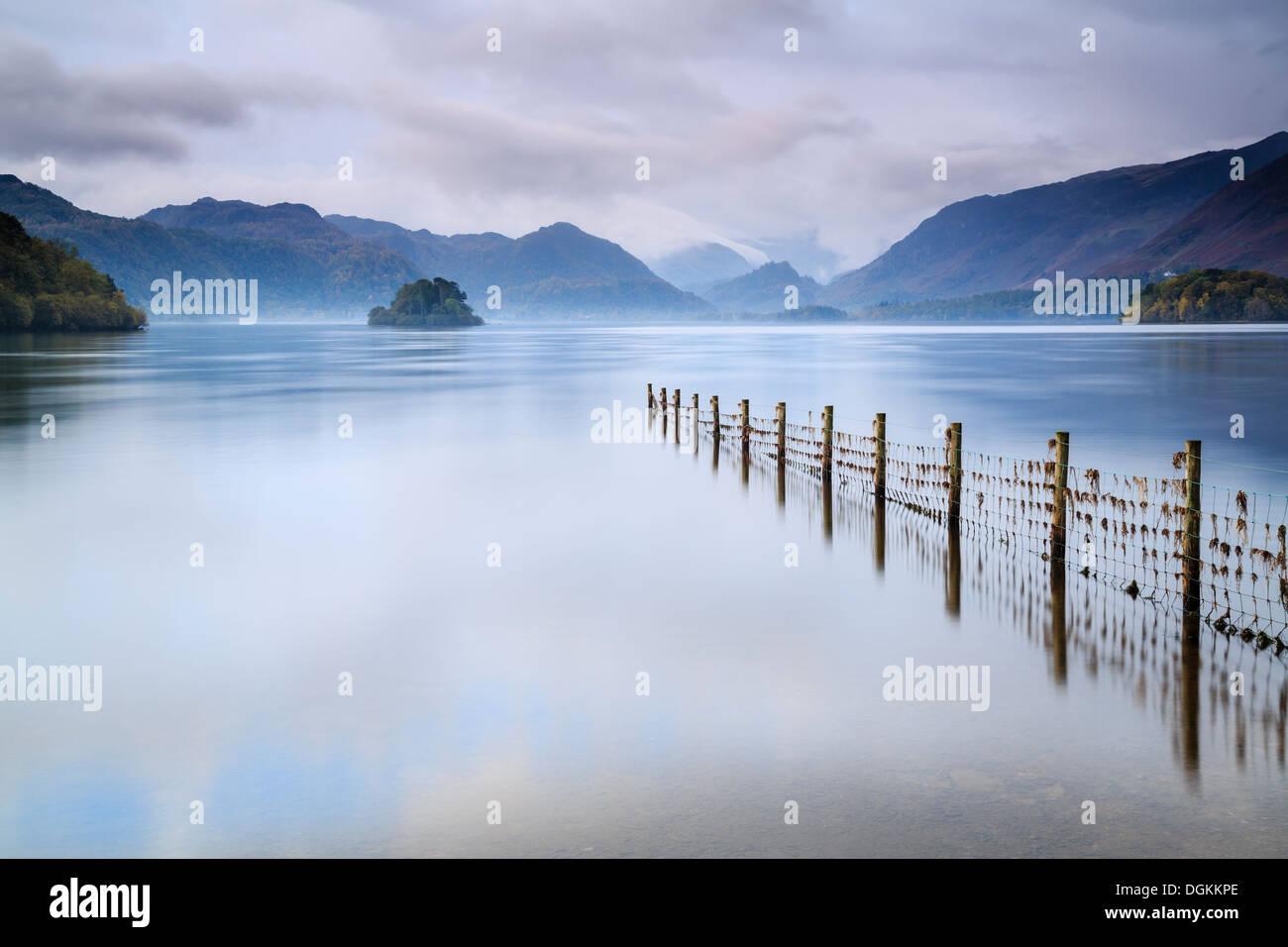 À la lumière de l'après-midi orageux Blea Tarn dans le Lake District. Photo Stock