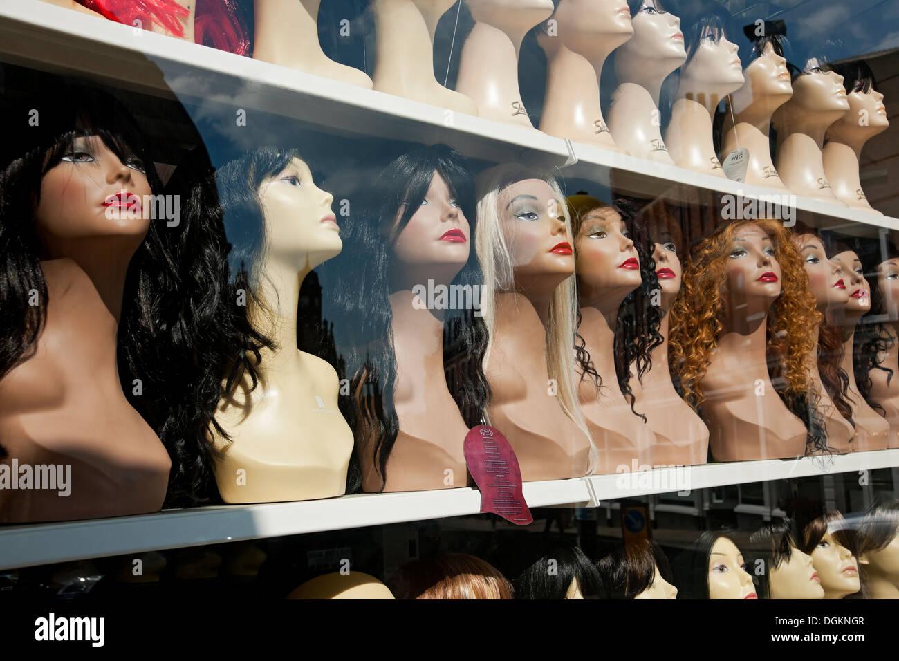 Perruques exposées dans une vitrine. Photo Stock