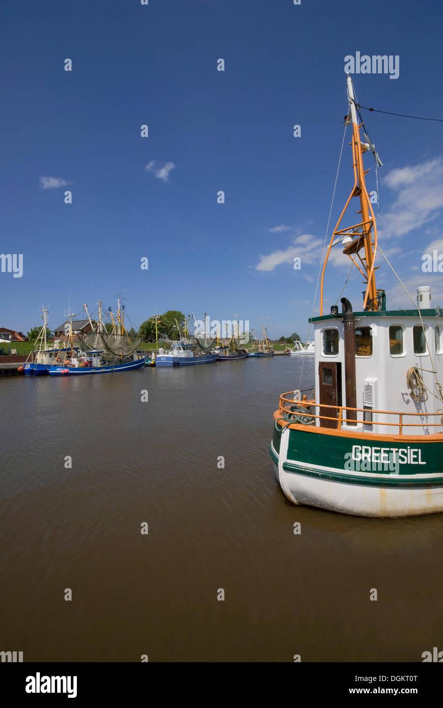 Avis de Greetsiel port avec bateaux, crabe Krummhoern, Frise orientale, Basse-Saxe Photo Stock