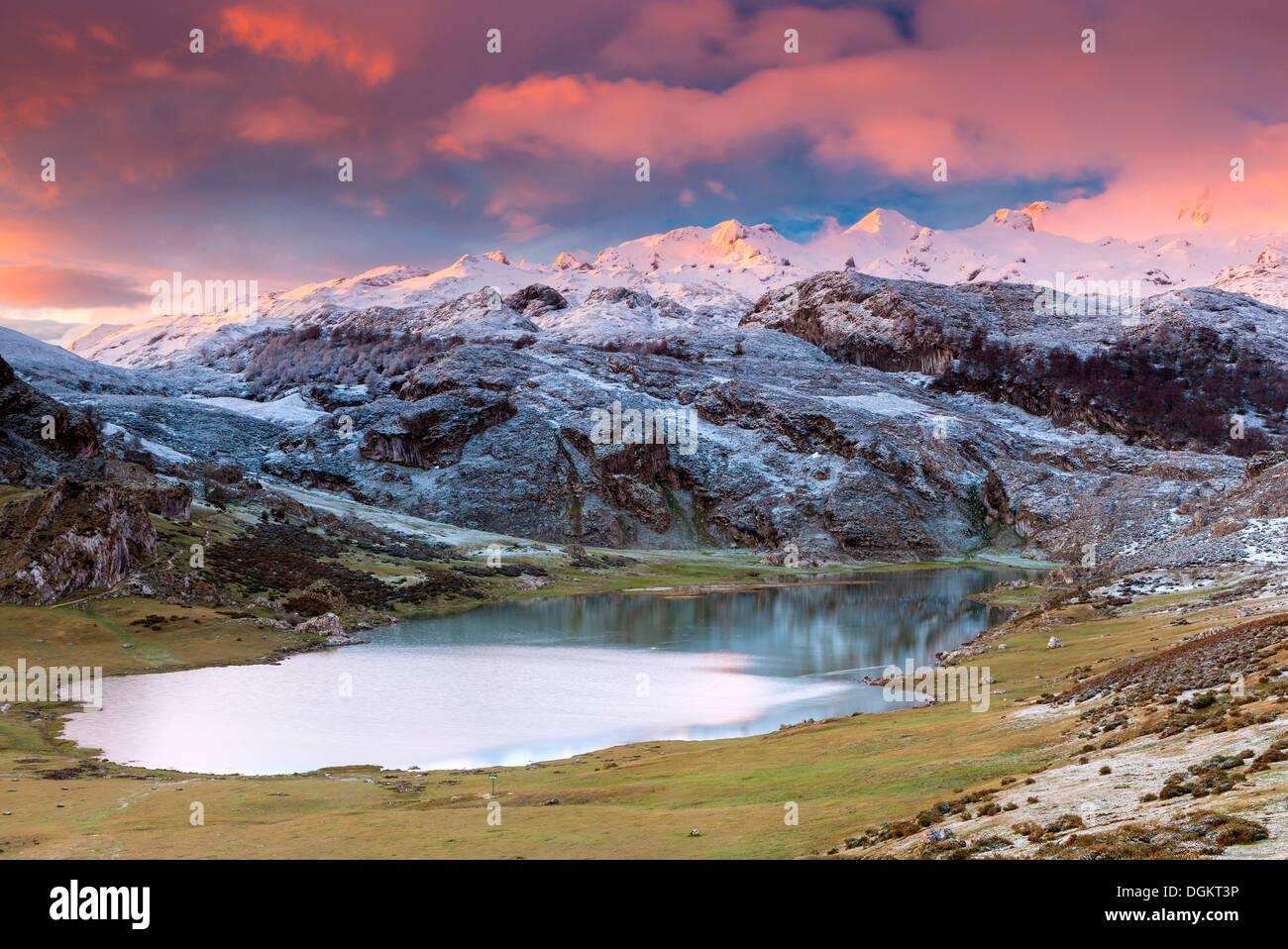 Vue sur le lac Ercina dans le Parc National de Picos de Europa. Photo Stock