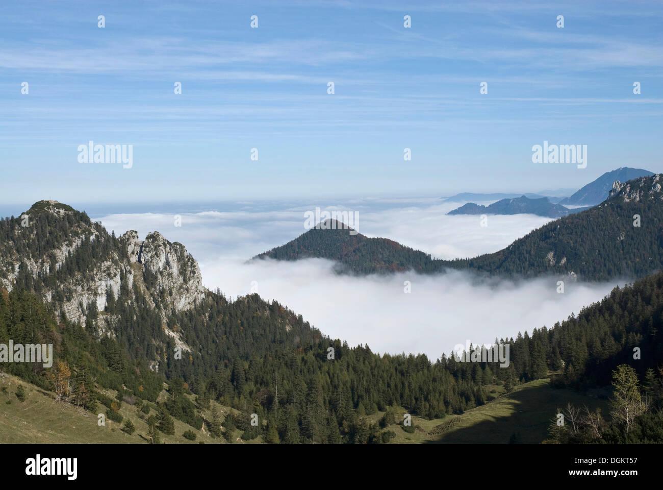 Vue sur montagne Kampenwand, vue de près de la gare à la recherche vers le sommet des Alpes, enveloppée de brouillard zone Chiemgau Photo Stock