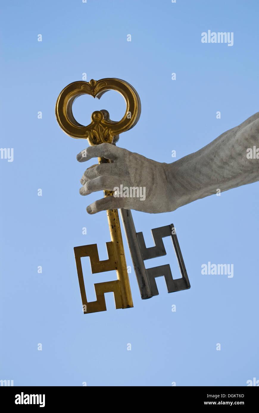 Saint Pierre tenant les clefs du paradis, détail, la main avec 2 clés, en face de la cathédrale de Salzbourg, site du patrimoine mondial de l'UNESCO Photo Stock
