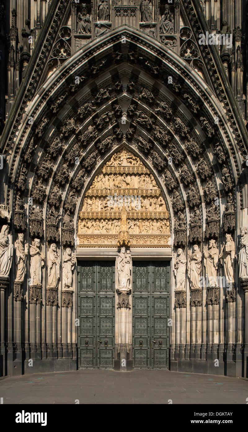 Main portral de Koelner Dom, la cathédrale de Cologne, l'UNESCO World Heritage Site, Rhénanie du Nord-Westphalie Photo Stock