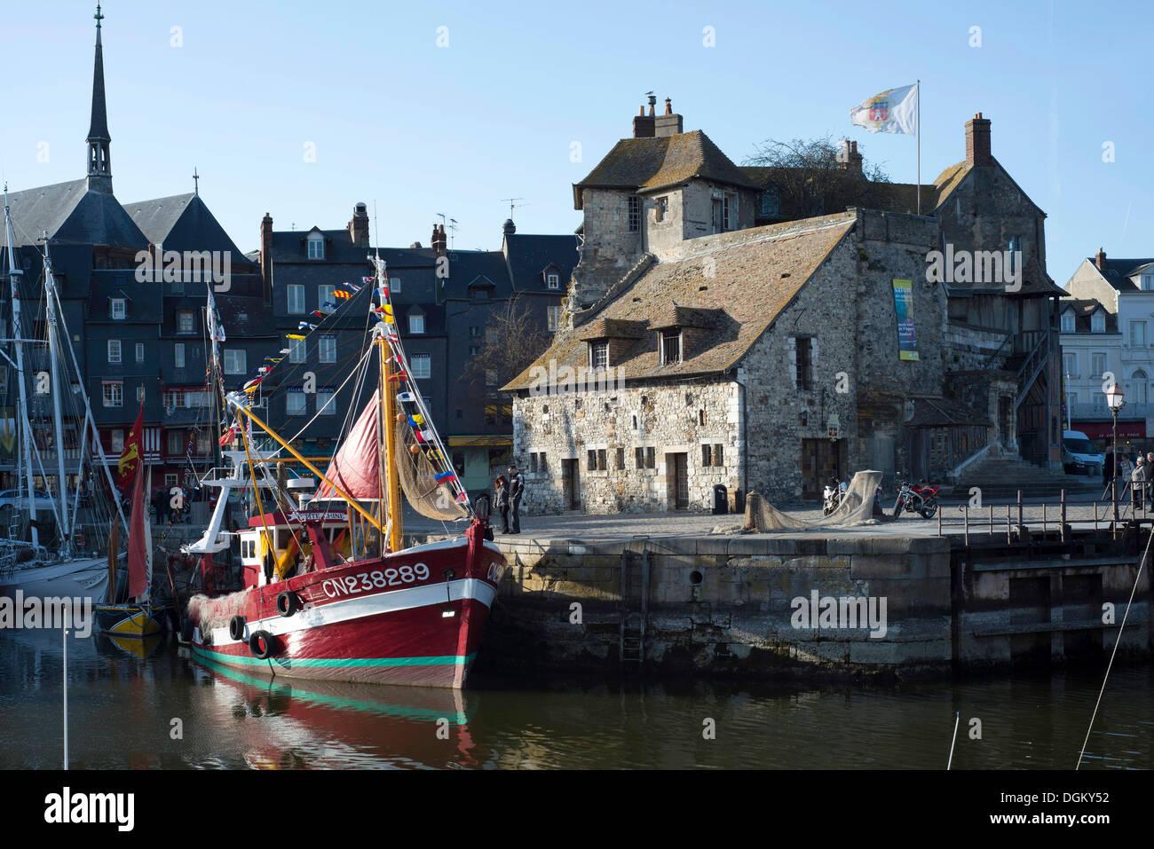 Bassin du port avec un bateau, la porte historique de la ville, Honfleur, Normandie, France, Europe Photo Stock