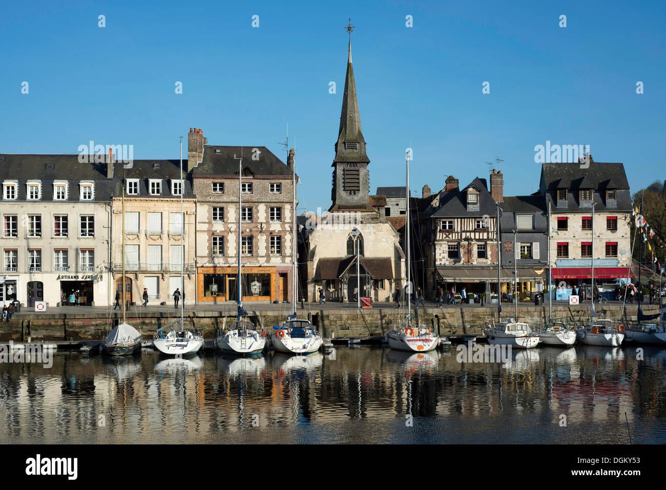 Bassin du port avec une rangée de maisons et le Musée Naval, Honfleur, Normandie, France, Europe Photo Stock