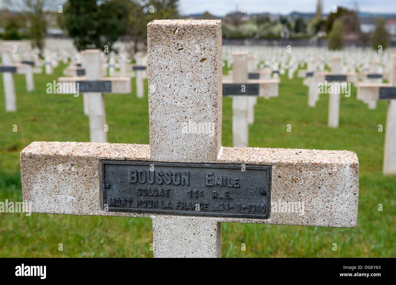 Tombe, croix, pierre tombale, avec plaque, cimetière militaire, bataille de Verdun, Première Guerre mondiale, Verdun, Lorraine, France, Europe Photo Stock