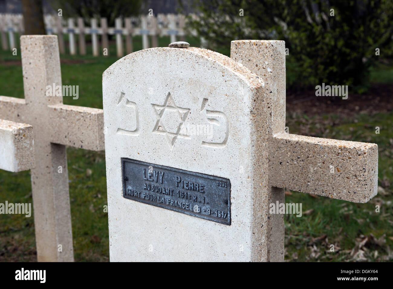 Pierre tombale juive avec plaque, cimetière militaire, bataille de Verdun, Première Guerre mondiale, Verdun, Lorraine, France, Europe Photo Stock