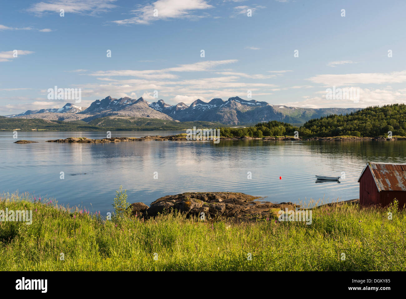 Rives du fjord près de Bodo, Børvasstindan de montagnes à l'arrière, Bodö, Skerstadfjord, Nordland, Norvège du Nord, Norvège Photo Stock