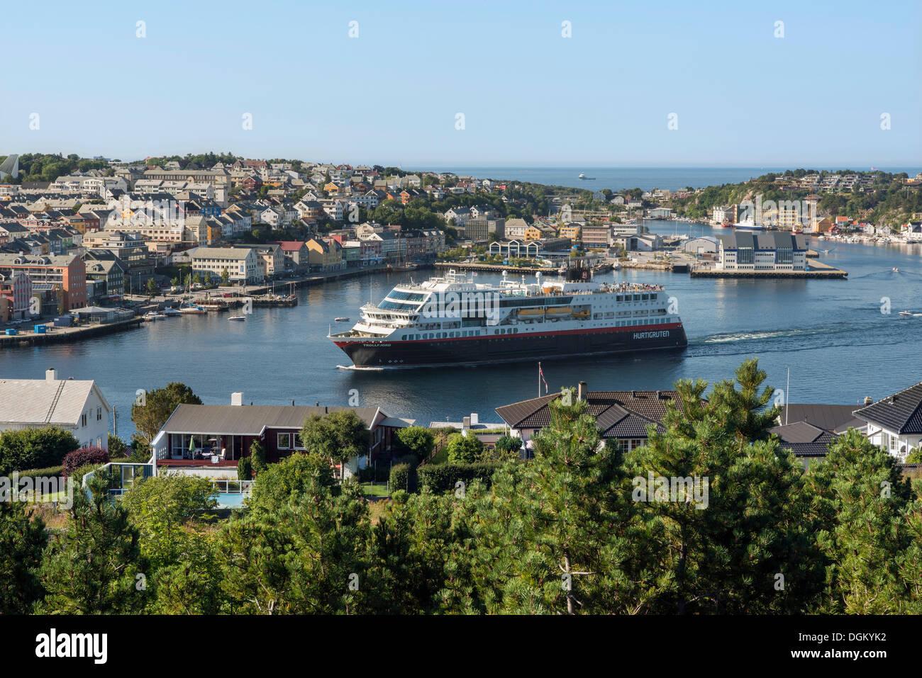Vue urbaine avec le port comme un navire de croisière est au départ, Kristiansund, Møre og Romsdal, ouest de la Norvège, la Norvège Photo Stock