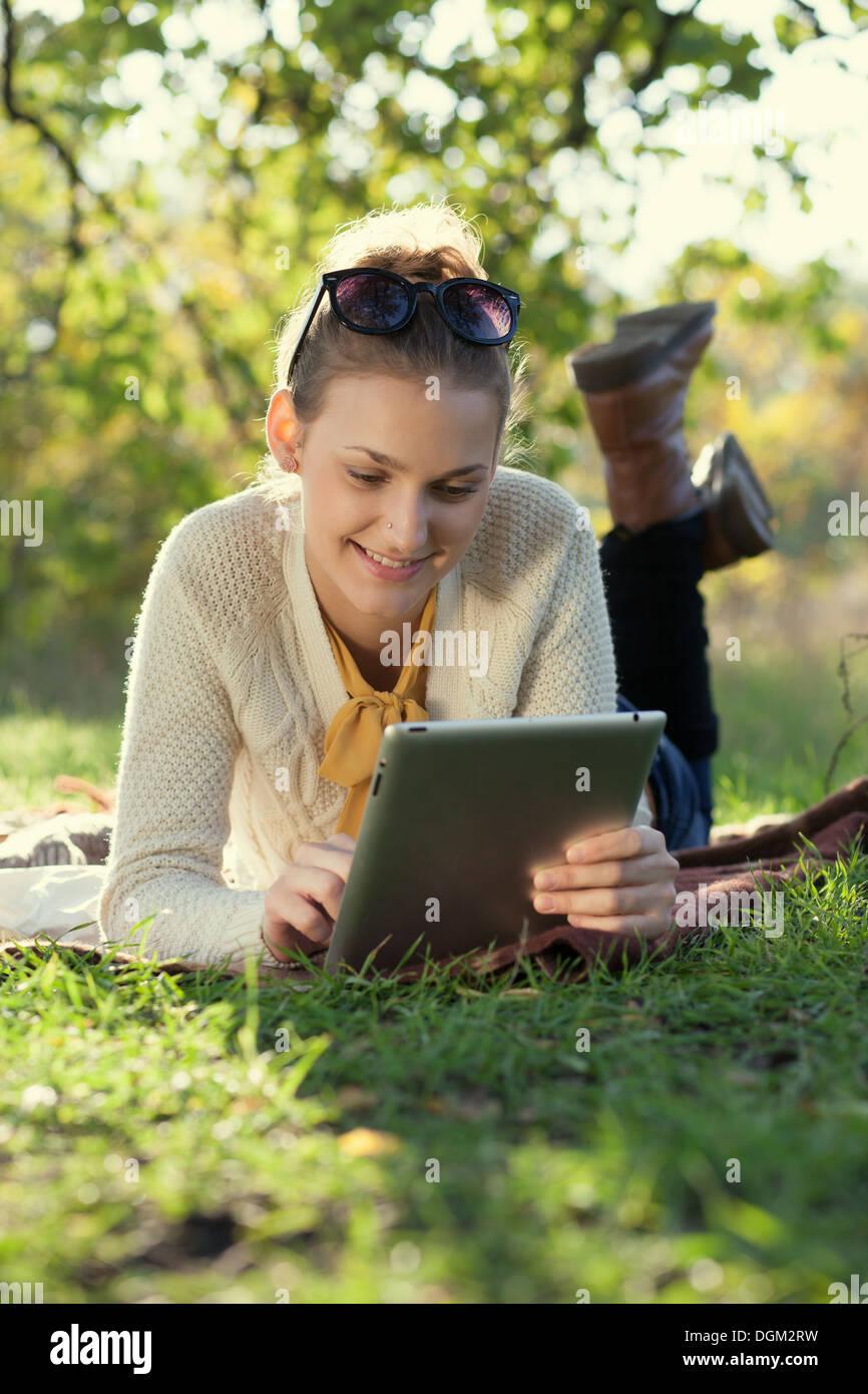 Des profils, beau, beauté, business, casual, caucasien, ville, ordinateur, concept, connexion, jour, numérique, e-book, facile, Photo Stock