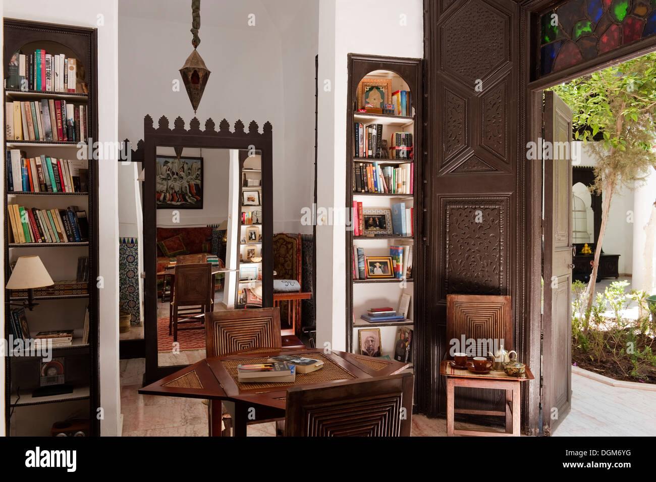 Belle étude marocaine/bibliothèque dans la maison marocaine appartenant à un design intérieur bien connu - duo Kramer & Raynaud Photo Stock