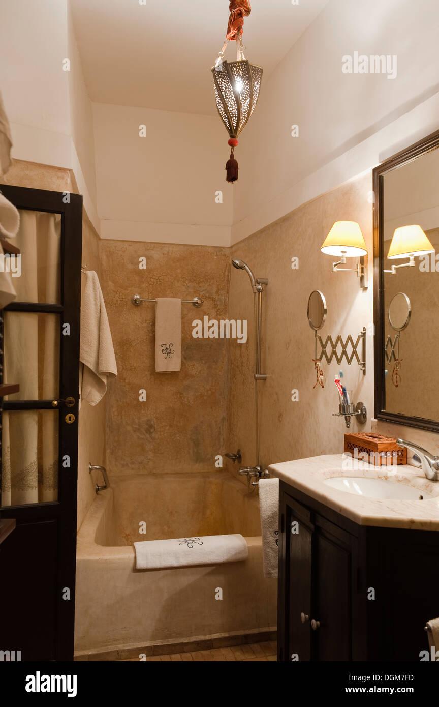 Salle de bains en tadelakt traditionnel neutre avec finition à ...