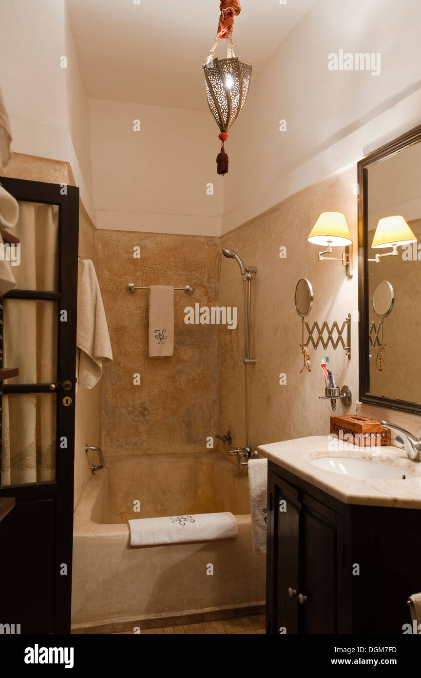 Salle de bains en tadelakt traditionnel neutre avec finition ...