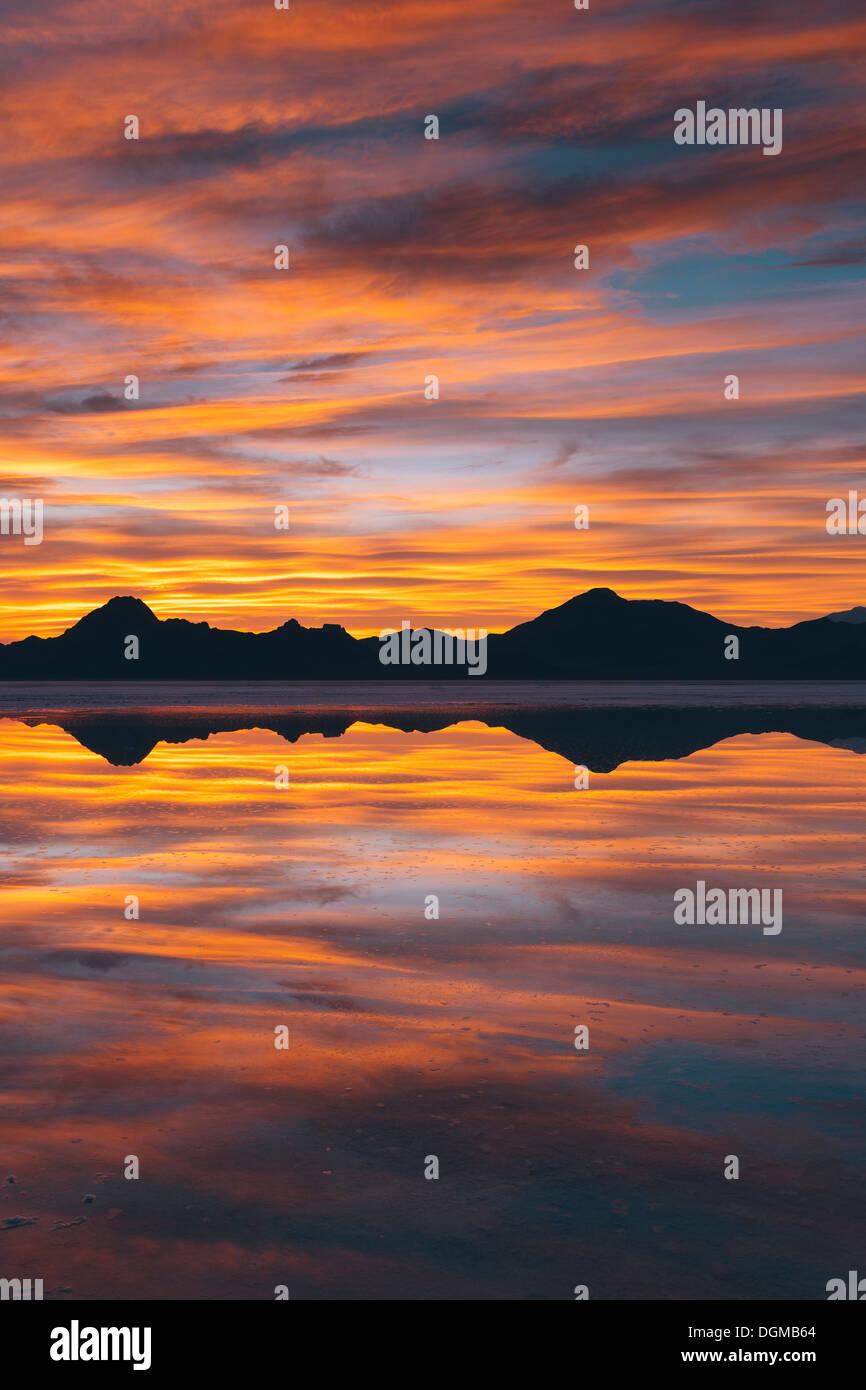 Le ciel au coucher du soleil. Couches de nuages se reflétant dans les eaux peu profondes d'inonder la Bonneville Salt Flats Photo Stock