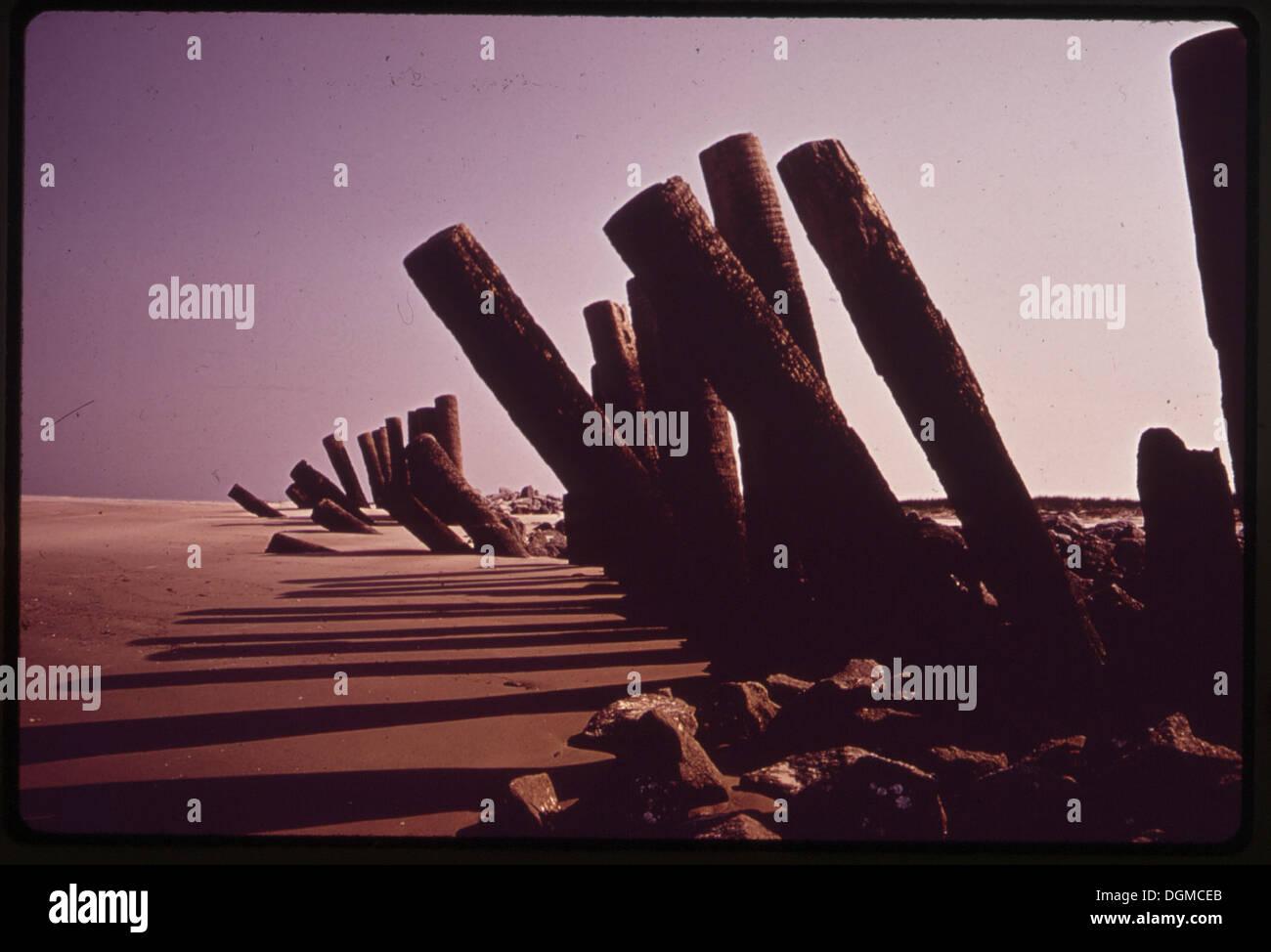 Les clôtures pour stopper l'ÉROSION DE LA PLAGE N'A PAS RÉUSSI SUR FRIPP ISLAND. L'île, CONNECTÉ À ST. HELENA'S PAR A... 546961 Photo Stock