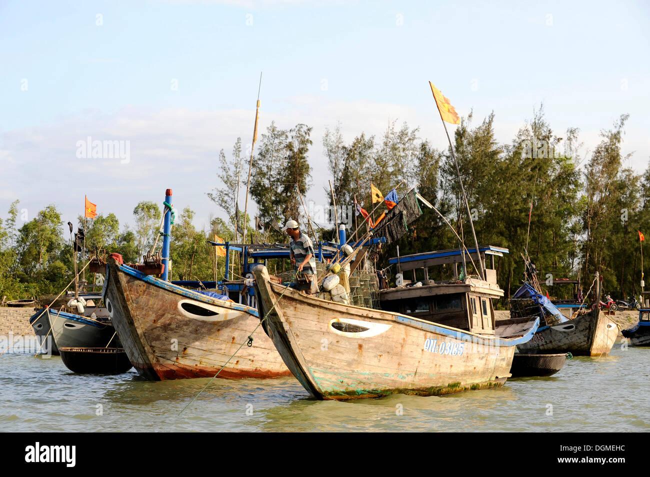 Bateaux de pêche sur la rivière Thu Bon, Hoi An, Quang Nam, le centre du Vietnam, Vietnam, Asie du Sud, Asie Photo Stock