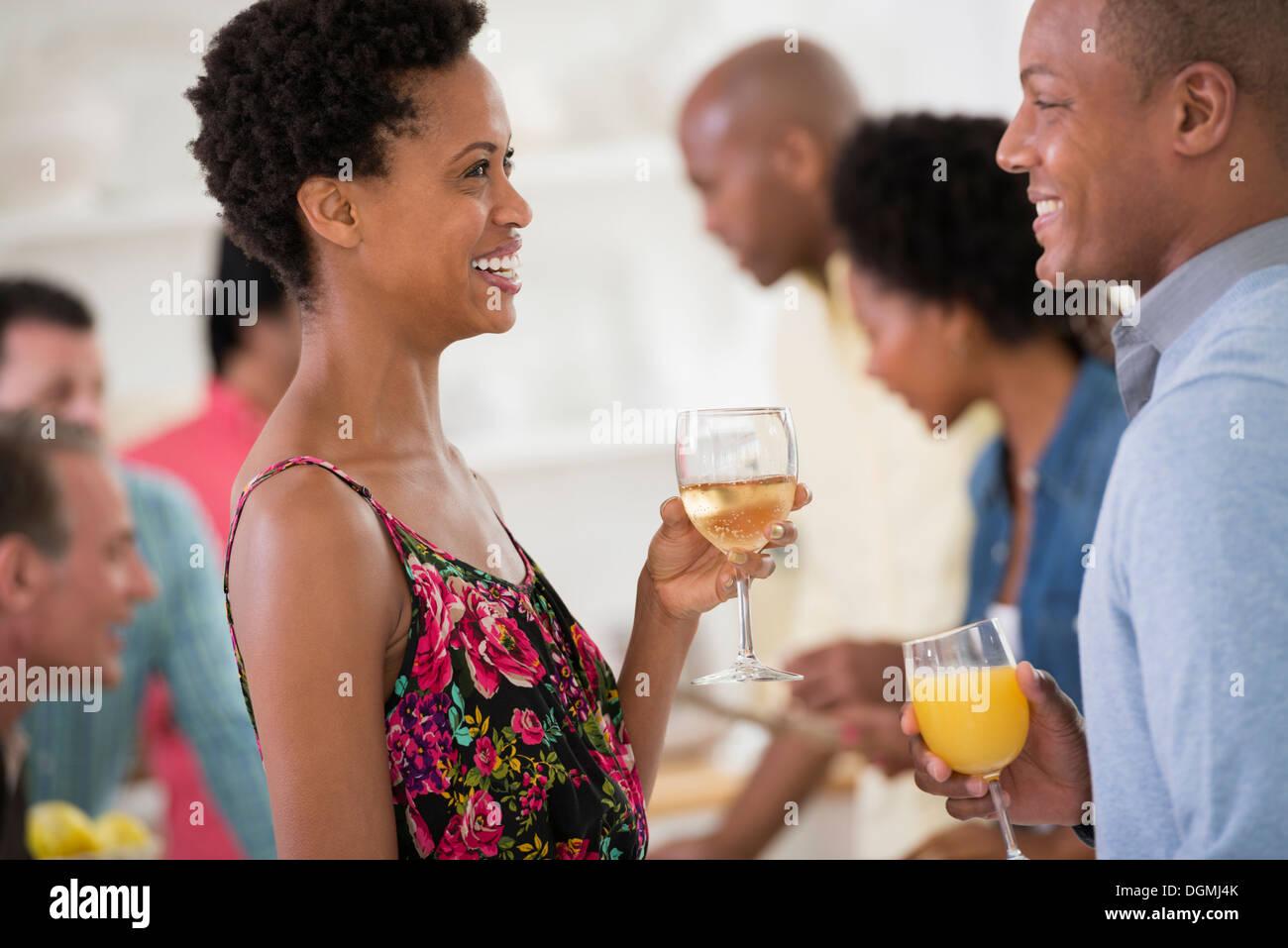 Parti de réseaux informels ou événement. Un homme et une femme, avec une foule autour d'eux. Photo Stock