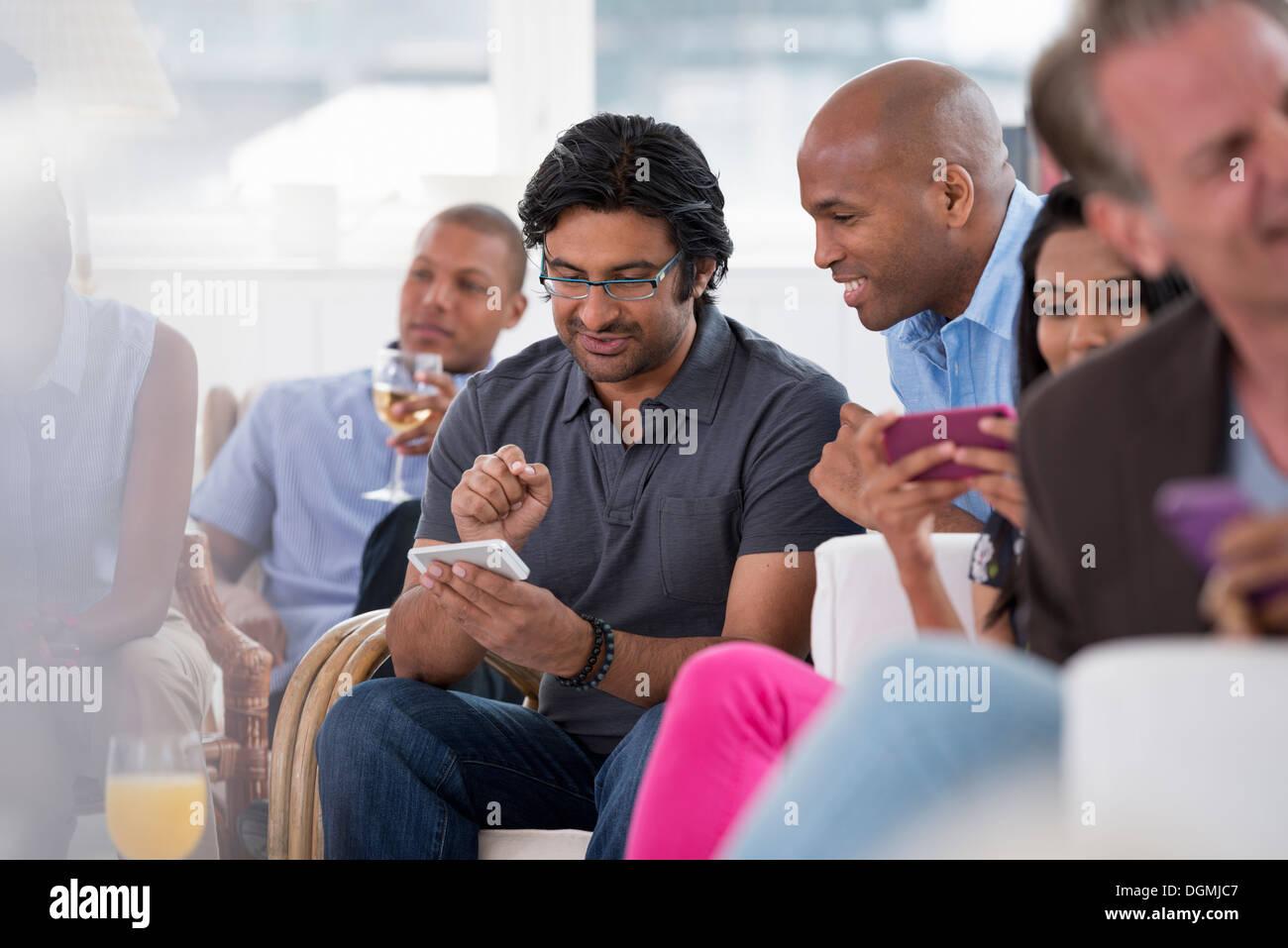 Office de l'événement. Une femme contrôle de son téléphone intelligent. Photo Stock