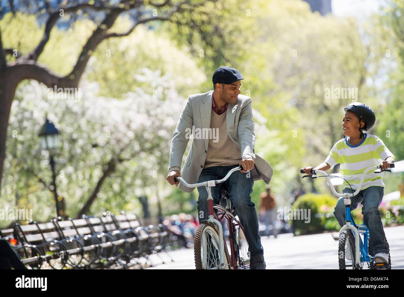 Le vélo et le plaisir. Un père et son fils, côte à côte. Photo Stock