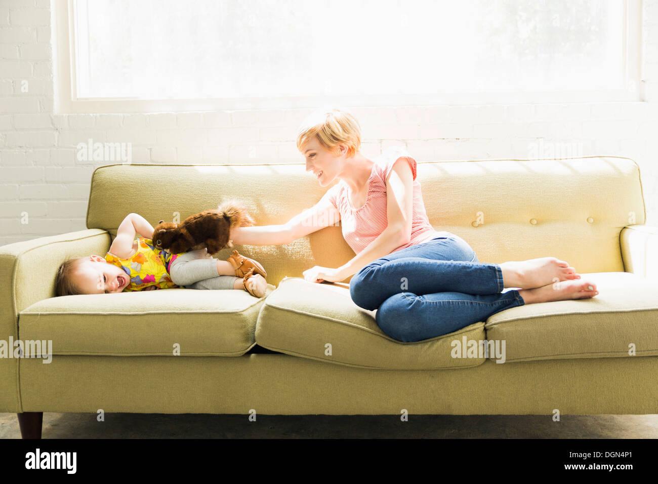 Mère jouant avec sa petite fille (12-17 mois) Photo Stock