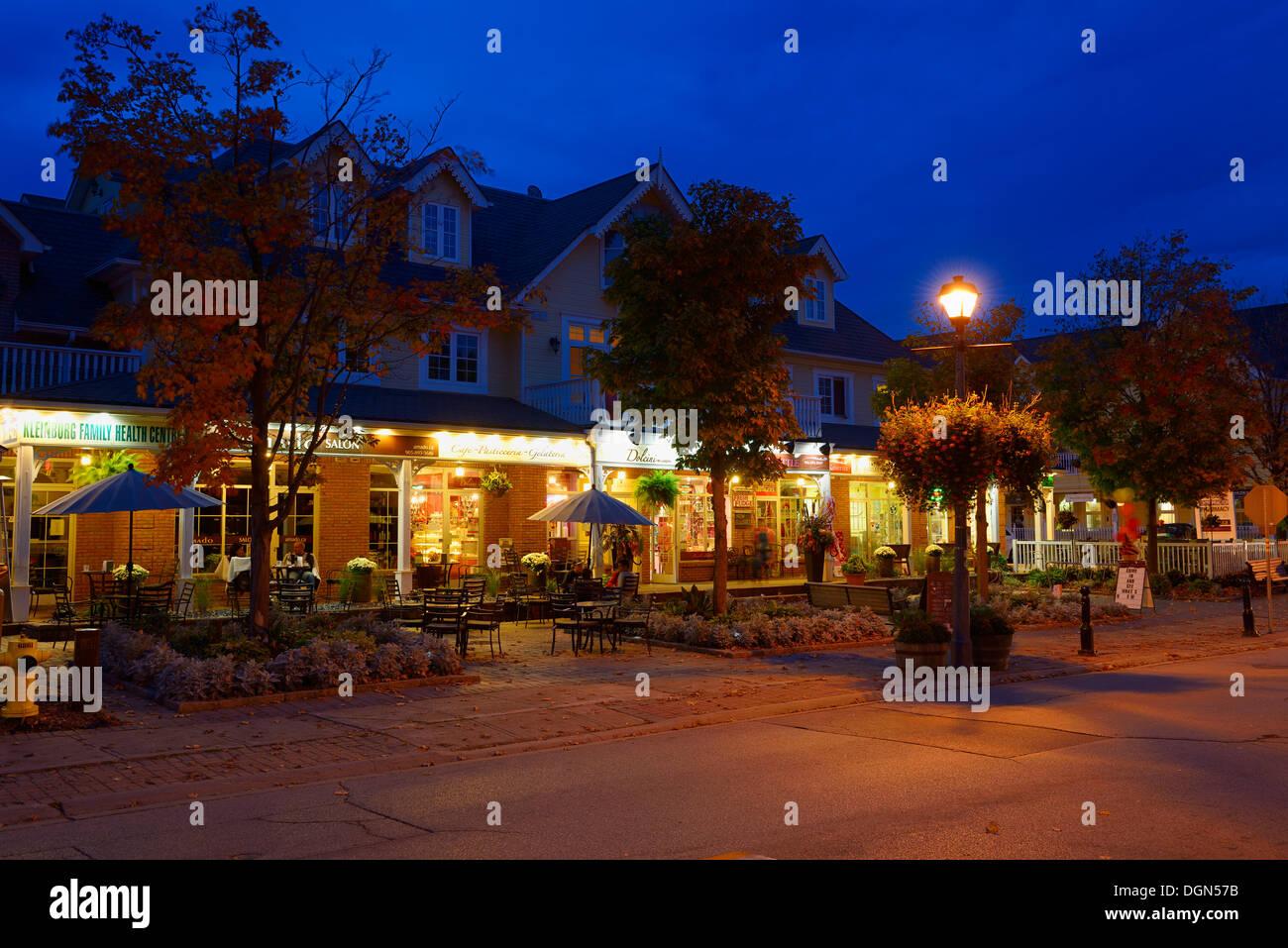 Restaurants terrasse sur l'avenue Islington au crépuscule à Kleinburg (Ontario) Photo Stock