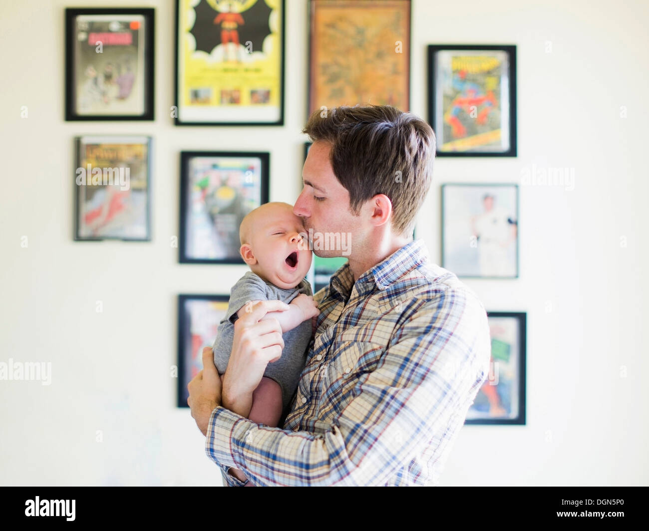 Father kissing baby son (2-5 mois) Photo Stock
